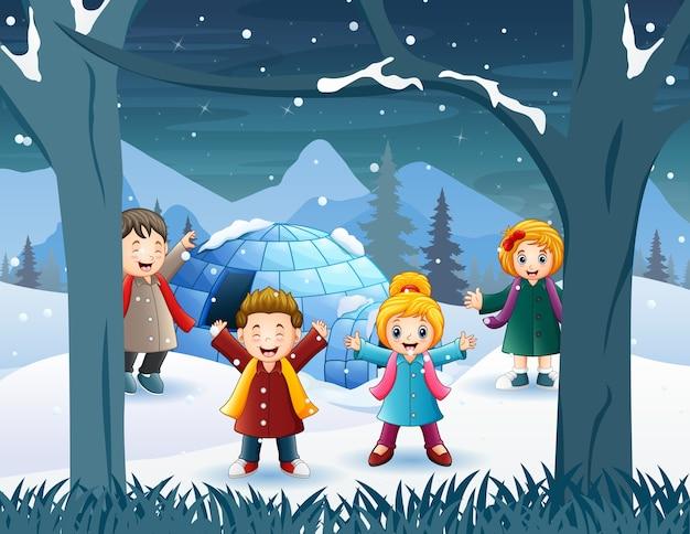 雪の中で遊ぶ陽気な子供たち