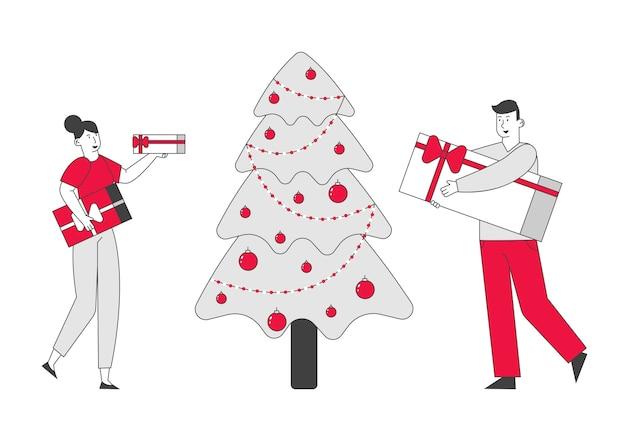 Веселый мужчина и женщина дарят друг другу подарки в новогодние праздники