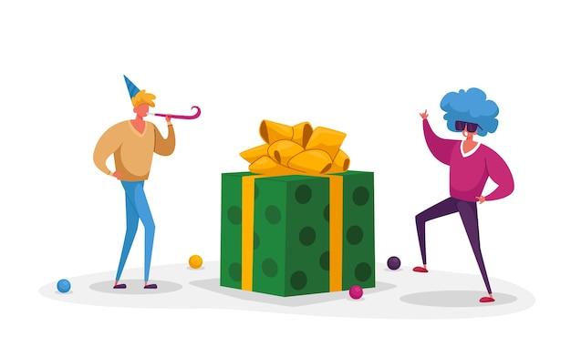 面白い帽子とペリウィッグの陽気な男性キャラクターがプレゼントで休日を祝う