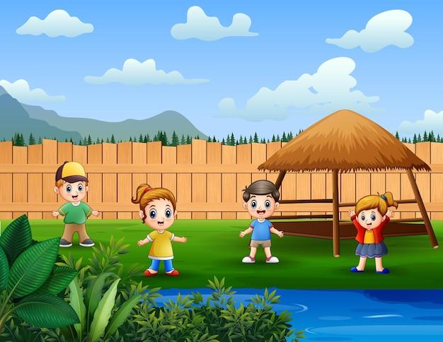 Веселые дети играют в парке