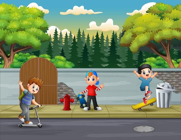 Веселые трое мальчиков играют на дороге