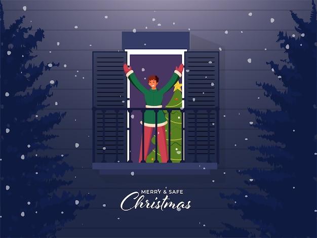크리스마스 나무와 발코니에 서있는 쾌활 한 어린 소년