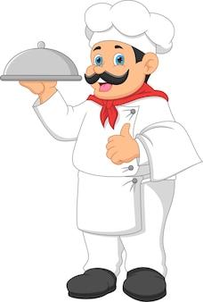 요리사 남자는 음식 쟁반을 가져오고 엄지손가락을 포기합니다