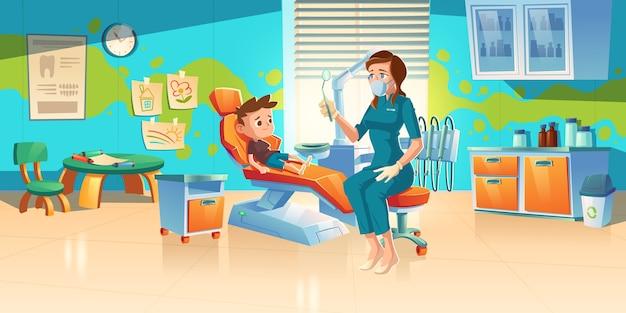 치과 의사 사무실에서 아이. 아이들을위한 치과 클리닉에서 어린 소년 환자, 의료진 가운 및 마스크의 여성 의사가 치아 및 구강 검진을위한 거울이있는 의자에 앉아 있습니다. 만화 그림