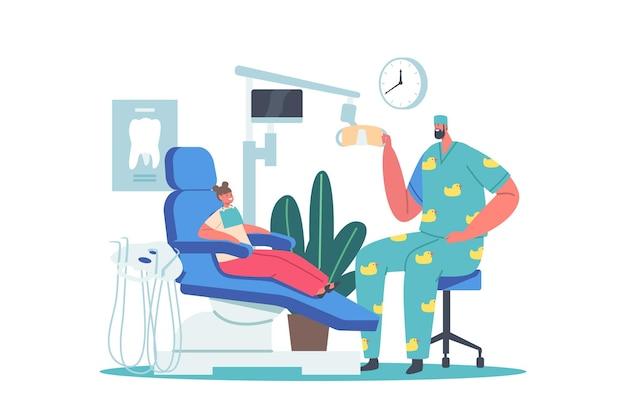 치과 사무실에서 아이입니다. 어린이를 위한 치과 진료소의 어린 소녀 환자, 의자에 앉아 있는 재미있는 메딕 가운을 입은 남자 의사