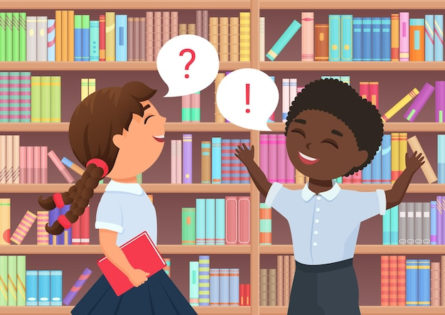 本棚の間に立って話している図書館の幸せな面白い男の子の女の子の子本好き