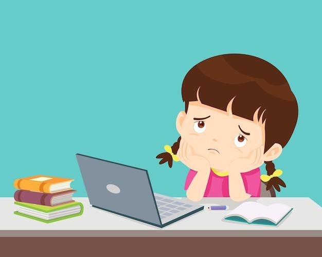 집에서 온라인 교육을 배우는 피곤한 아이가 노트북 앞에서 공부하는 데 지루한 어린 소녀