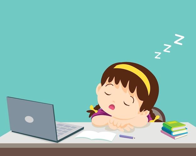 공부하는 것이 지루한 어린 소녀는 노트북 앞에서 잔다.