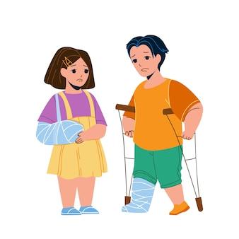 Лечение травм ребенка в больнице скорой помощи. маленькая девочка со сломанной рукой в повязке и мальчик с травмой ноги, идущий на костылях. персонажи детские лечение травмы плоский мультфильм иллюстрации