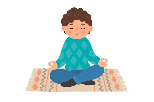 Медитация ребенка маленький мальчик сидит в позе лотоса