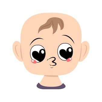 Ребенок с большими сердечными глазами и целует в губы голову милого ребенка с любящим лицом