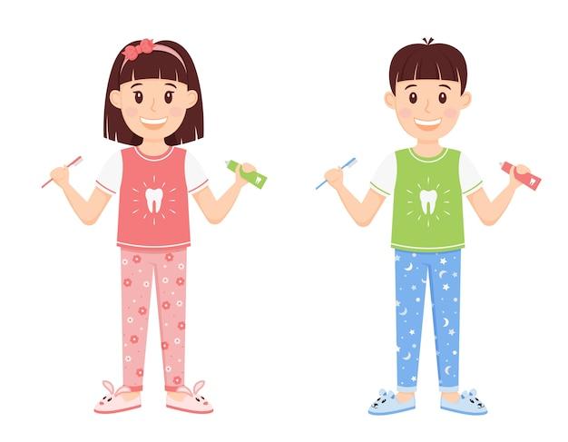 Дети мальчик и девочка в пижамах, держа в руках зубную пасту и щетку.