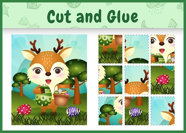 어린이 보드 게임은 양동이 달걀과 부활절 달걀을 들고 귀여운 사슴으로 테마 부활절을 자르고 붙입니다.