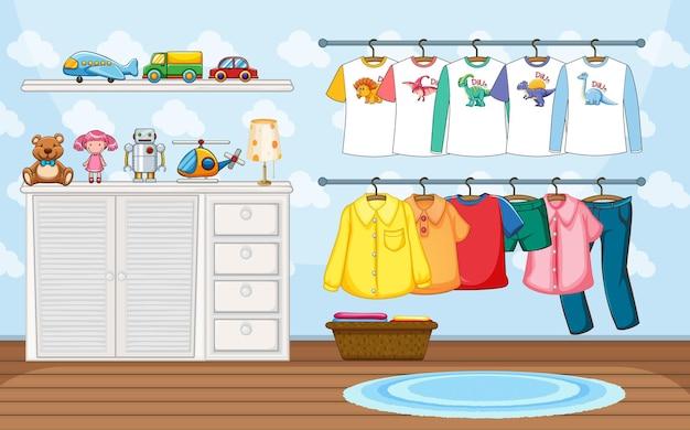 部屋のシーンでたくさんのおもちゃがある物干しに子供服
