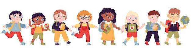 학교에 다니는 아이들. 초등학교에 다니는 남자와 여자, 배낭 세트가있는 행복한 눈동자