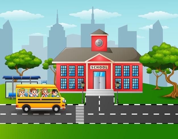 Дети ходят в школу со школьным автобусом