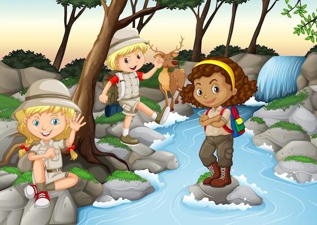 子供たちは滝で楽しい