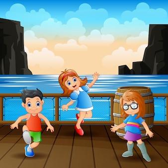 木製の港で楽しんでいる子供たち