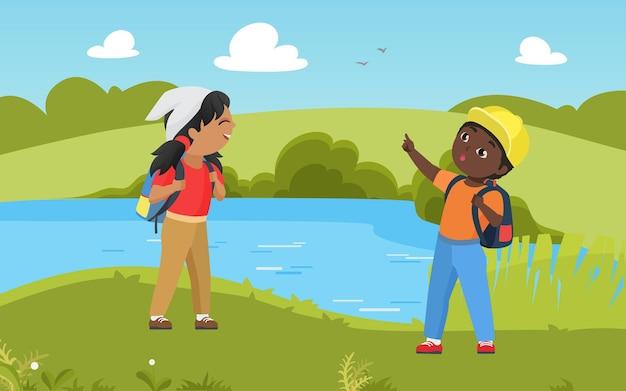아이들은 함께 트레킹 모험에서 자연 여름 호수 풍경 아이 스카우트에서 하이킹