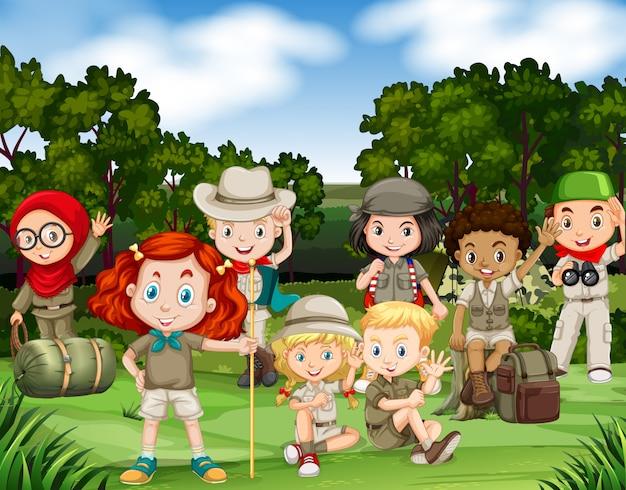 子供たちが森の中でハイキング