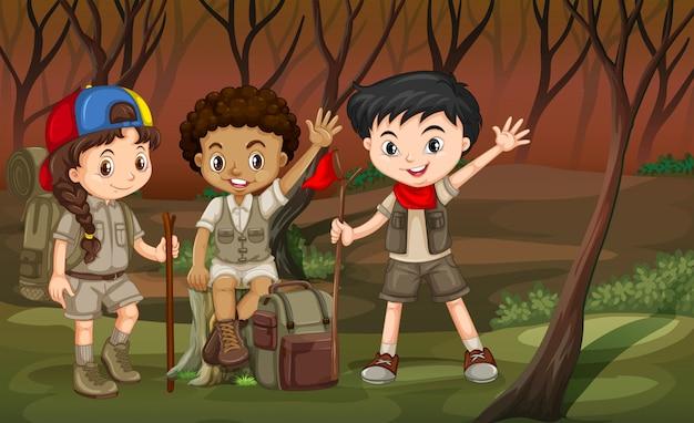 숲에서 하이킹하는 어린이