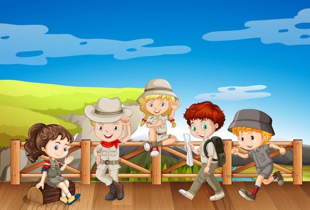 橋の上のサファリ衣装の子供たち