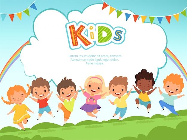 背景をジャンプする子供たち。あなたのテキストのための場所を持つ遊び場テンプレートで男性と女性を遊んで幸せな子供