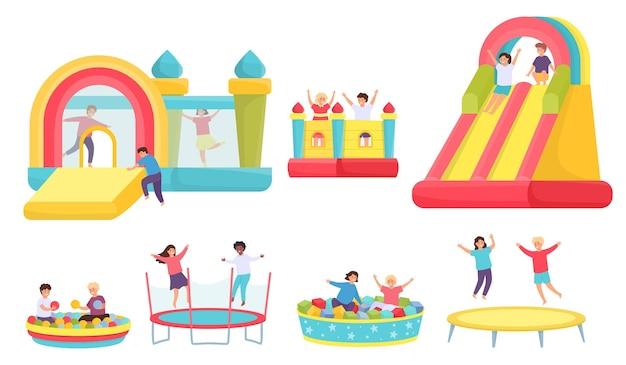 トランポリンでジャンプする子供たち。弾力がある城と膨脹可能なトランポリンの漫画の男の子と女の子。ボールベクトルセットとソフトプールの子供たち