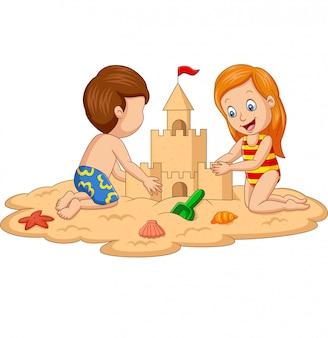 열 대 해변에서 모래성을 만드는 아이들
