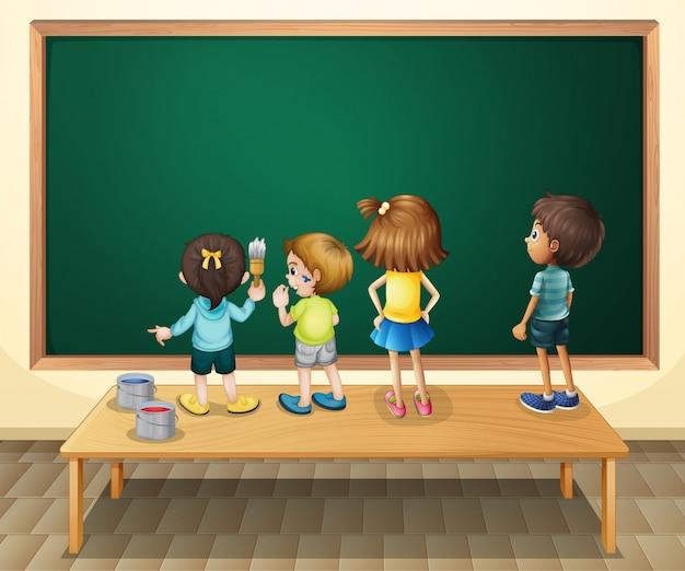部屋の黒板を描く子供たち