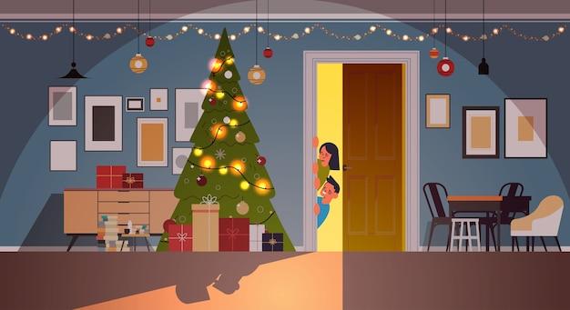 装飾されたモミの木と花輪が飾られたドアの後ろのリビングルームから覗く子供たち新年クリスマス休暇お祝いコンセプト水平ベクトルイラスト