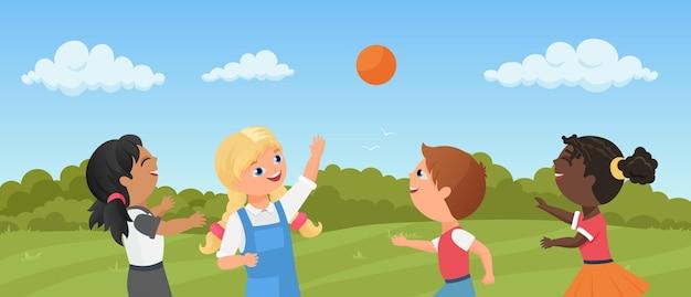 子供たちは一緒に遊んで笑っている公園や遊び場の就学前の男の子の女の子でボールを再生します