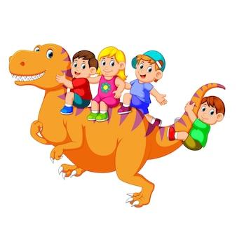 Дети играют и сидят на теле большого тираннозавра рекса