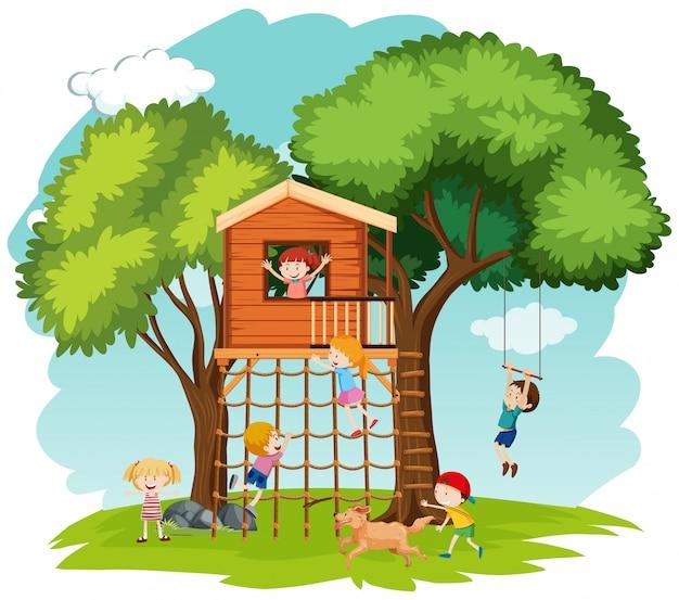 木の家で遊ぶ子供たち