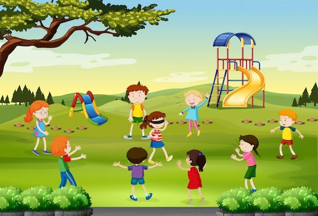 公園で盲目的に遊んでいる子供たち