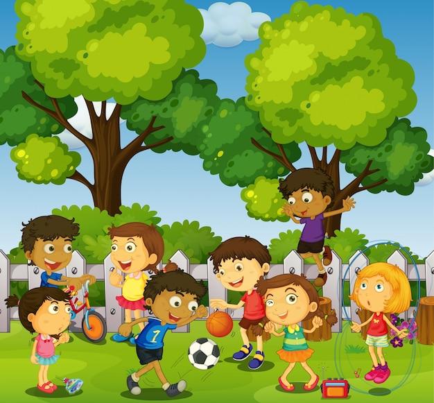 公園でゲームやスポーツをする子供たち