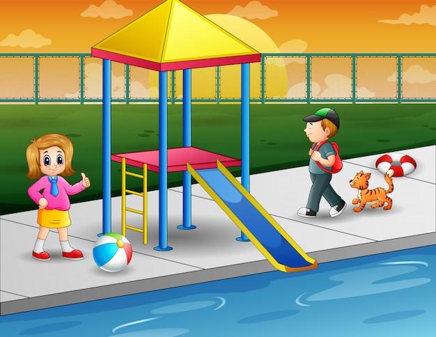 Дети играют в открытом бассейне