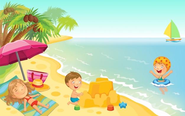 Дети играют на пляже.