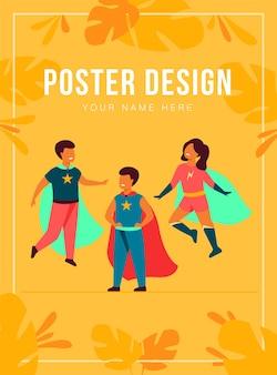 スーパーヒーローのキャラクターを演じる子供たち。ケープ付きのスーパーヒーローの衣装を着ている陽気な子供たち、漫画、エンターテインメント、ゲームのコンセプト
