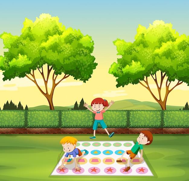 公園でツイスターを遊んでいる子供たち