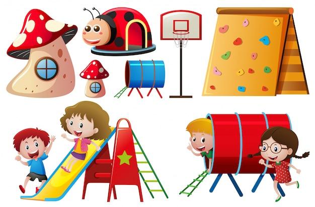 スライドとトンネルで遊んでいる子供たち