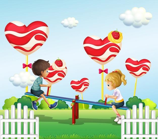 Дети играют с качелями на детской площадке