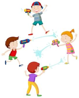 Дети играют с водяным пистолетом