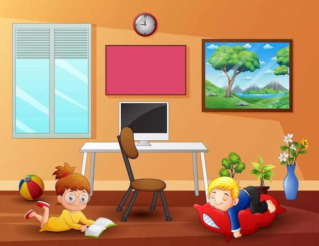 家でリラックスする子供たち