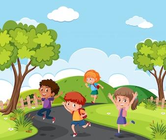 Дети, бегущие по парку