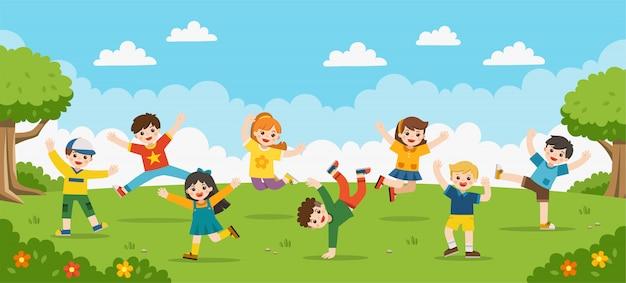 어린이 활동. 행복한 아이들이 공원에서 뛰어 오르고 있습니다.
