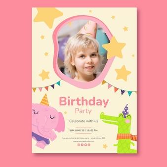 Modello di biglietto verticale di compleanno per bambini