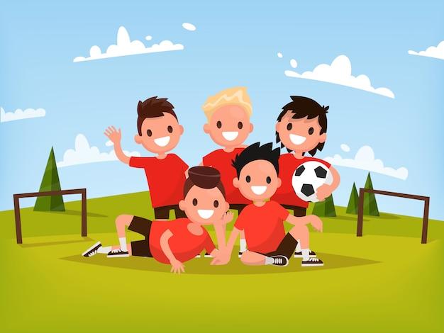 Детская футбольная команда. мальчики играют в футбол на открытом воздухе.