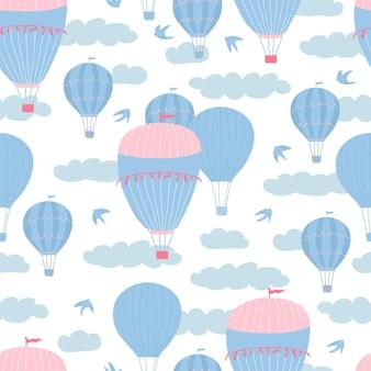 白い背景の上の風船、雲、鳥と子供のシームレスなパターン。キッズルームのデザイン、壁紙、テキスタイル、包装紙、アパレルのかわいいテクスチャ。ベクトルイラスト