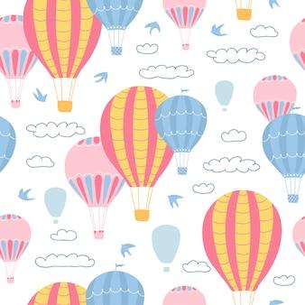 Бесшовный узор детей с воздушными шарами, облаками и птицами на белом фоне. симпатичные текстуры для дизайна детской комнаты.